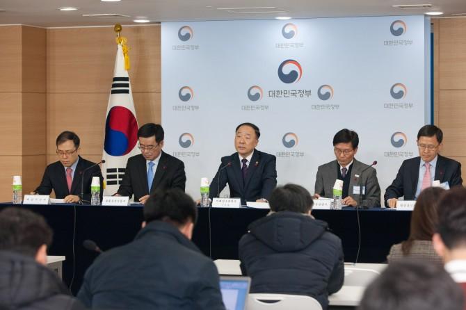 홍남기 미래창조과학부 제1차관(가운데)이 6일 오전 서울 종로구 정부서울청사 본관 합동브리핑룸에서